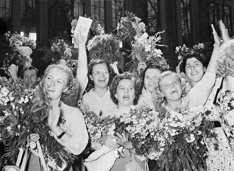 Встреча гостей фестиваля на Киевском вокзале, 1957 год