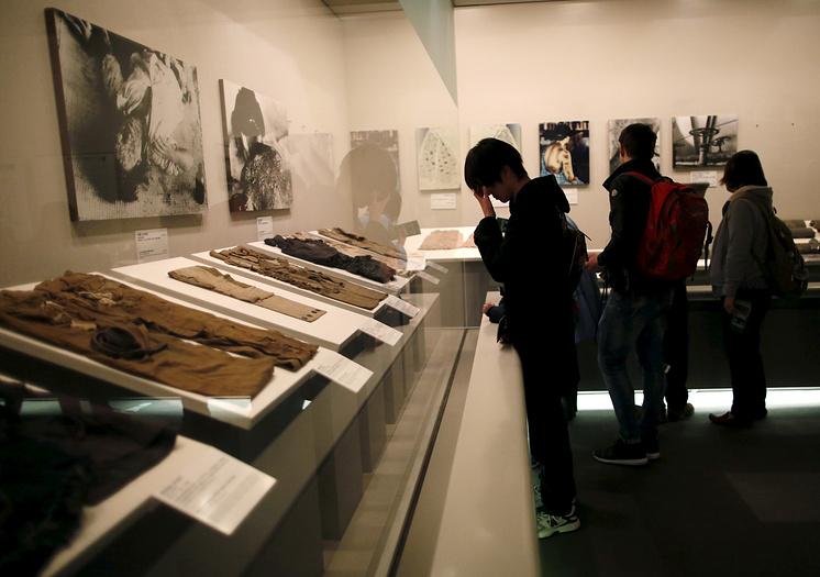 Пометители в музее Мира в Хиросиме