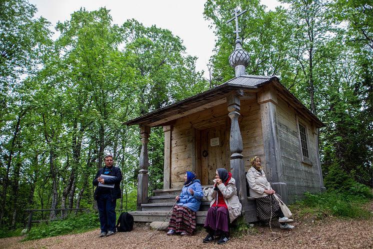 Паломники возле часовни на месте первого поселения Елеазара Анзерского