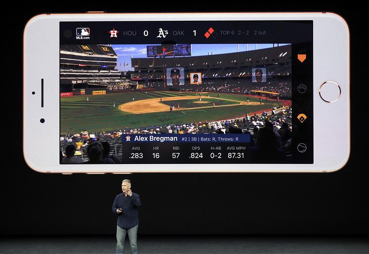 Cтарший вице-президент Apple по маркетингу Фил Шиллер на презентации iPhone 8