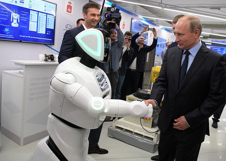 Владимир Путин жмет руку роботу V3 во время экскурсии на пермский завод. Робот, уже подготовленный к визиту, увидев президента, поздоровался: «Здравствуйте, Владимир Владимирович» и протянул руку».