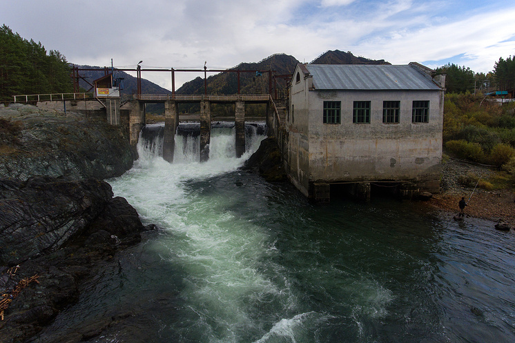 Недействующая Чемальская ГЭС на реке Чемал