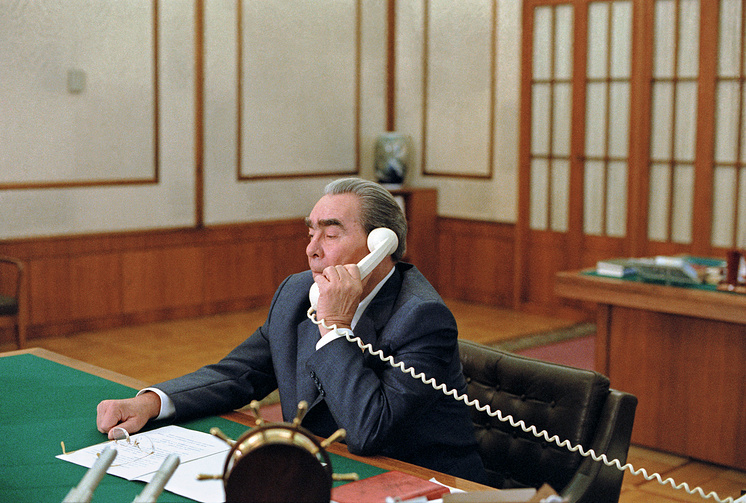 Леониднид Брежнев во время разговора с премьер-министром Индии Индирой Ганди по случаю отрытия тропосферной связи между двумя странами