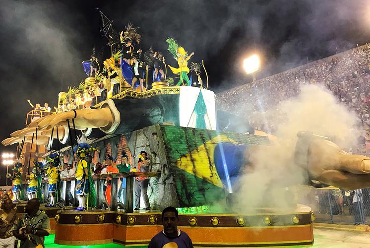 Школа самбы Paraiso da Tuiuti, представляющая пьедестал в цветах национального флага с фигурой президента-вампира на вершине