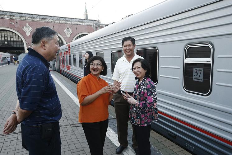 Туристы у поезда, следующего по маршруту Москва - Пекин, на Казанском вокзале