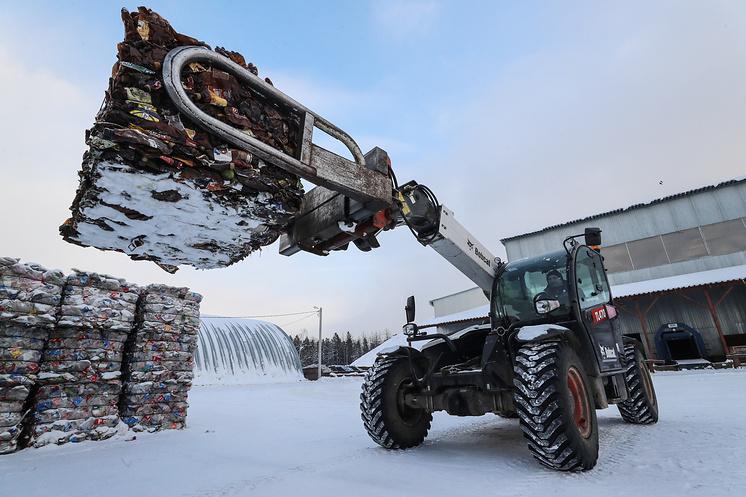 Стекло, бумагу и пластик сортируют, утрамбовывают в брикеты и отправляют на переработку