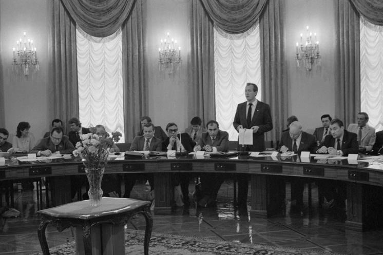 Выступление председателя комитета, первого секретаря ЦК ВЛКСМ Виктора Мишина во время обсуждения подготовки к XII Всемирному фестивалю молодежи и студентов, 1985 год