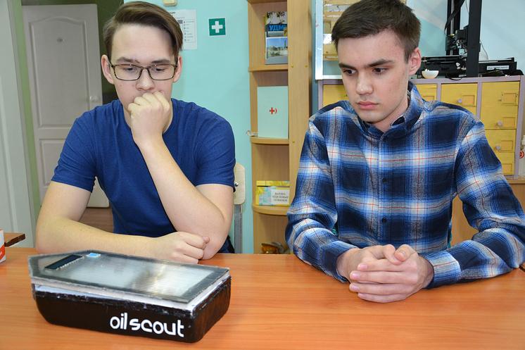Артем Мальшаков и Кирилл Свинобой с автоматическим катером для обнаружения нефтяных пятен на воде