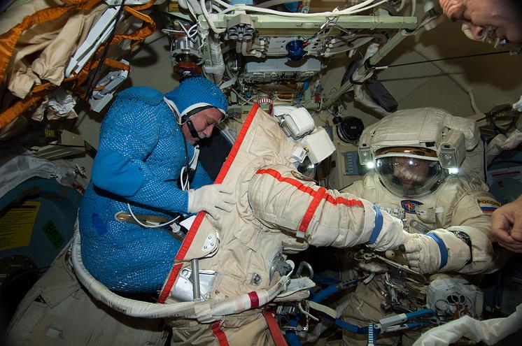Космонавты Федор Юрчихин и Александр Мисуркин во время подготовке к выходу в открытый космос, 2013 год