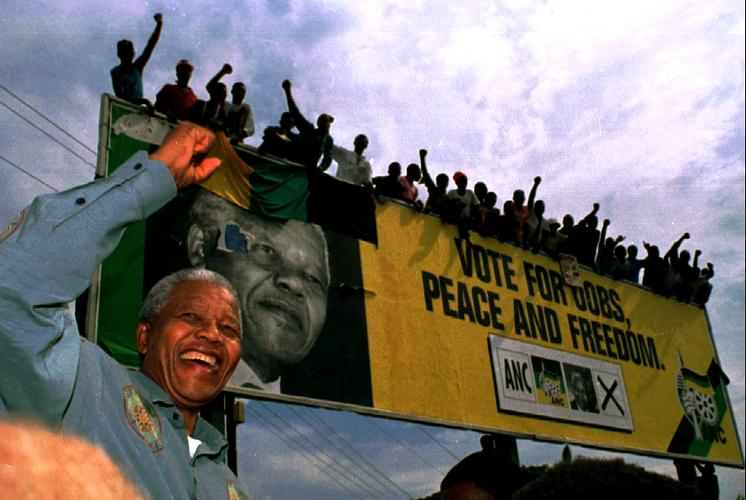 Нельсон Мандела приветствует своих сторонников во время избирательной кампании, 1994 год
