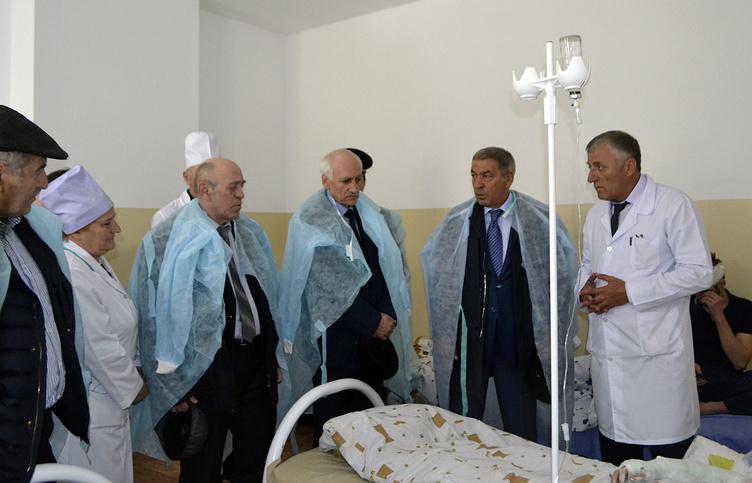 Председатель правительства Дагестана Абдусамад Гамидов (второй справа) и вице-премьер правительства Дагестана Рамазан Джафаров (третий справа) в центральной районной больнице Цумадинского района
