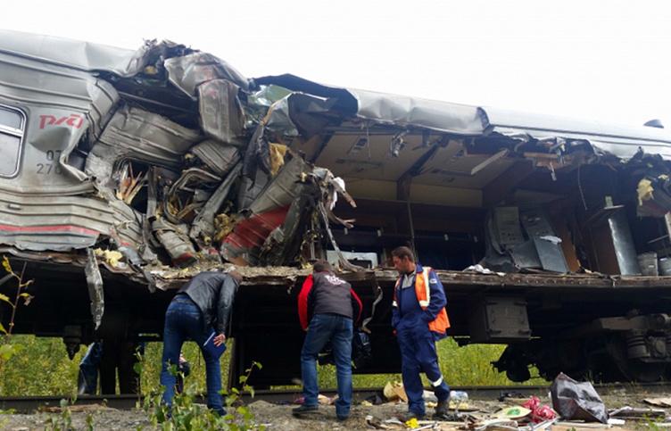 На месте столкновения пассажирского поезда с грузовым автомобилем КамАЗ в Ханты-Мансийском автономном округе. 9 сентября 2017